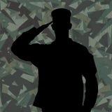 Силуэт салютуя солдата на зеленой армии камуфлирует предпосылку Стоковое фото RF