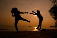 Силуэт свободного пинка 2 людьми Стоковая Фотография RF