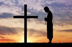 Силуэт священника и креста Стоковые Фото