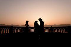 Силуэт семьи посещая Jal Mahal дворца на восходе солнца Стоковое фото RF