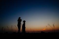 Силуэт семьи с ребенком в поле Стоковое Фото