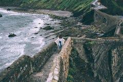 Силуэт сиротливой персоны путешественника идя вверх холм Стоковое Фото