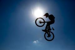 Силуэт скачки велосипеда Стоковые Изображения RF