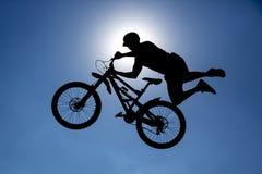 Силуэт скачки велосипеда Стоковые Изображения
