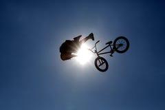Силуэт скачки велосипеда Стоковое Изображение