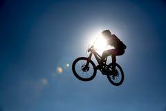 Силуэт скачки велосипеда Стоковые Фото