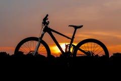 Силуэт снятый полного горного велосипеда подвеса Стоковые Изображения