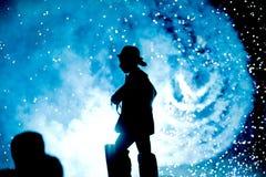 Силуэт совершителя во время показанное с фейерверками стоковое фото rf