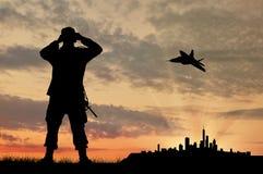 Силуэт солдата и самолета Стоковая Фотография