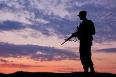 Силуэт солдата с оружием Стоковое Изображение RF