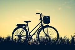 Силуэт старого велосипеда на траве Стоковое Изображение