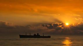 силуэт старого корабля на заходе солнца Стоковое фото RF
