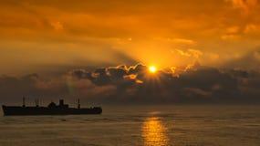силуэт старого корабля на заходе солнца Стоковая Фотография RF