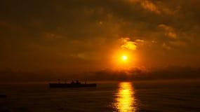 силуэт старого корабля на заходе солнца Стоковая Фотография