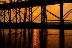 Силуэт старого моста деревянного моста (мост понедельника) Стоковые Изображения RF