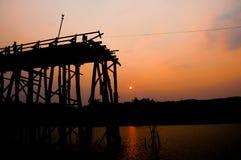 Силуэт старого моста деревянного моста (мост понедельника) Стоковые Фотографии RF