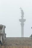 Силуэт столбца Sigismund ориентир ориентира столицы в взгляде тумана от каменных лестниц в польской Варшаве Стоковая Фотография RF