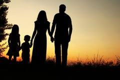 Силуэт счастливой семьи с детьми Стоковые Изображения