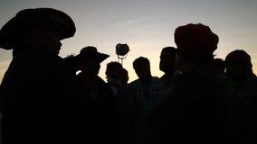 Силуэт съемочной группы в свете луны видеоматериал