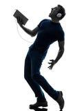 Силуэт таблетки музыки человека слушая цифровой Стоковое Изображение