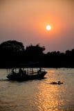 Силуэт тайского пассажирского корабля на заходе солнца Стоковая Фотография RF