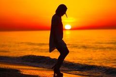 Силуэт танцев дамы на пляже Стоковое Изображение