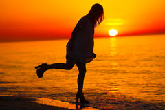 Силуэт танцев дамы на пляже Стоковая Фотография RF