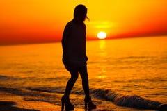 Силуэт танцев дамы на пляже Стоковая Фотография