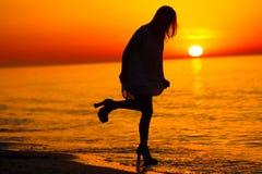 Силуэт танцев дамы на пляже Стоковое Фото