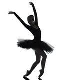 Силуэт танцев артиста балета балерины молодой женщины стоковое фото
