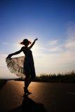 Девушка и танцульки захода солнца Стоковая Фотография RF