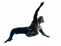 Силуэт танцев танцора capoeira человека Стоковые Изображения RF