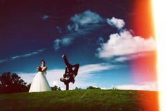 Силуэт творческих пожененных пар на ноче стоковые фотографии rf