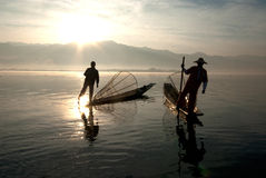 Силуэт традиционных fishermans в озере Inle, Мьянме Стоковые Фотографии RF