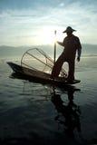 Силуэт традиционных fishermans в озере Inle, Мьянме Стоковое Изображение RF