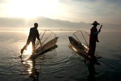 Силуэт традиционных fishermans в озере Inle, Мьянме Стоковые Изображения RF