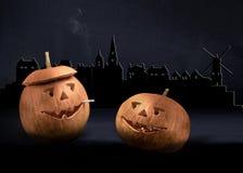 Силуэт тыкв хеллоуина на заднем плане Амстердама Курить сигарету Стоковые Фото