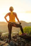 Силуэт успеха женщины взбираясь в заходе солнца гор Стоковые Изображения RF