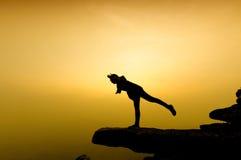 Силуэт успеха женщины на верхней горе на заходе солнца, селективный Стоковое Изображение
