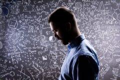 Силуэт учителя против большого классн классного с математически symb Стоковое Изображение RF