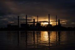 Силуэт фабрики нефтеперерабатывающего предприятия Стоковые Изображения RF