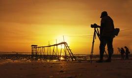 Силуэт фотографа в действии Стоковые Изображения RF
