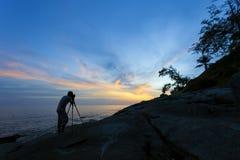 Силуэт фотографа или путешественника используя профессиональный DS Стоковые Изображения