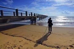 Силуэт фотографа снимая деревянный мост после su стоковое изображение rf