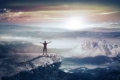 Силуэт человека в горах Стоковое Изображение RF