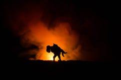 силуэт человека держа дальше к женщине Концепция спасителя спасения Избежание от огня или опасности Часы, огонь стоковые изображения rf