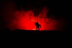 силуэт человека держа дальше к женщине Концепция спасителя спасения Избежание от огня или опасности Часы, огонь стоковое фото rf