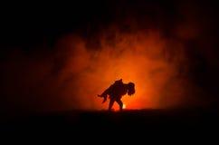 силуэт человека держа дальше к женщине Концепция спасителя спасения Избежание от огня или опасности Часы, огонь стоковое фото