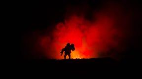 силуэт человека держа дальше к женщине Концепция спасителя спасения Избежание от огня или опасности Часы, огонь стоковое изображение