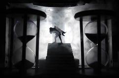 силуэт человека держа дальше к женщине Концепция спасителя спасения Избежание от огня или опасности Часы, огонь стоковые фотографии rf